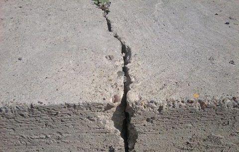 При обнаружении трещин в бетонной лестнице следует обязательно проверить конструкцию на прочность