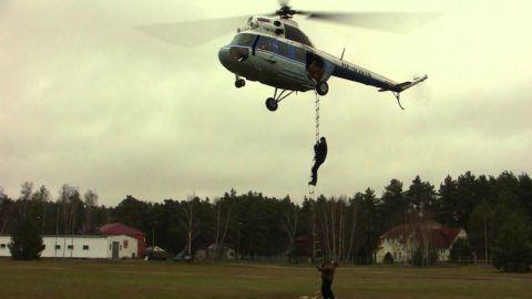 При помощи веревочных лестниц возможна эвакуация людей и с использованием вертолетов