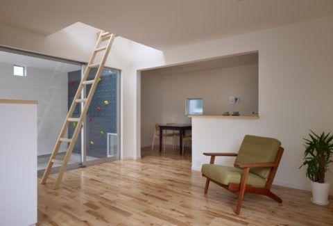 Приставные лестницы используются и внутри, и снаружи помещений