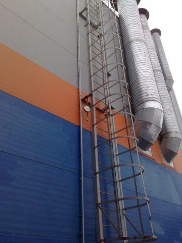 Промышленные альпинисты часто предпочитают веревочные лестницы стационарным лестницам