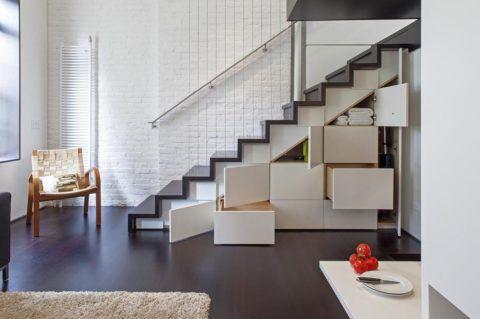 Пространство под лестницей использовано для организации мест хранения
