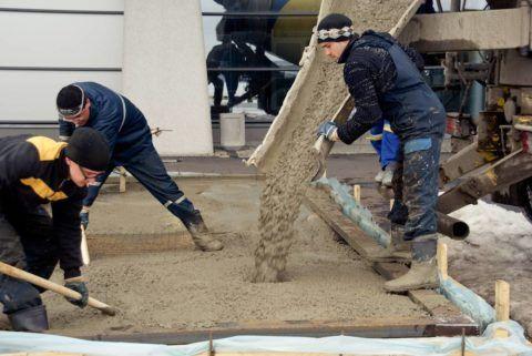 Процесс заливки бетонной смеси