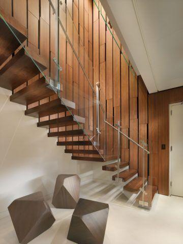 Прозрачное ограждение подчеркнет фактуру натуральной древесины