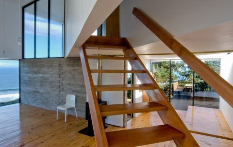 Прямая лестница на тетивах