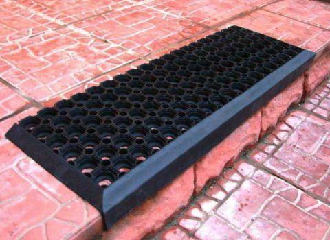 Резиновые накладки на ступеньки лестницы с перфорацией