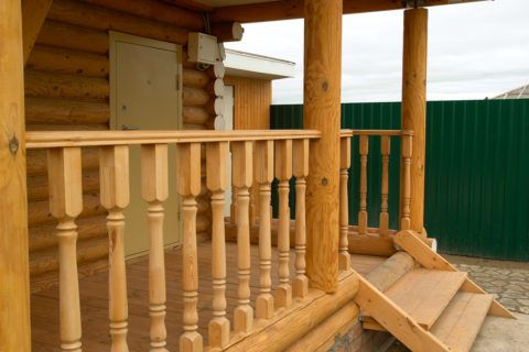 Резные деревянные балясины визуально облегчают конструкцию