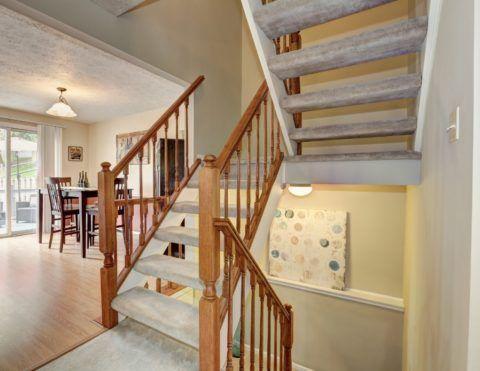 Сквозная лестница с противоскользящим покрытием ступеней