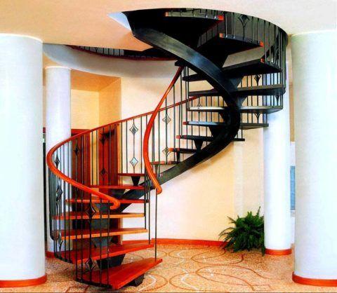 Спиральная лестница на металлическом центральном косоуре