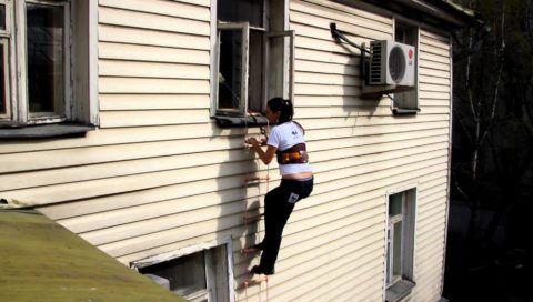 Спуск по веревочной лестнице в обязательном порядке предусматривает использование страховочных поясов