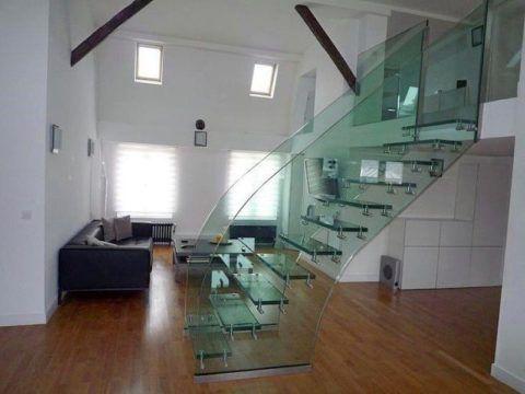 Стеклянное ограждение на маршевой лестнице