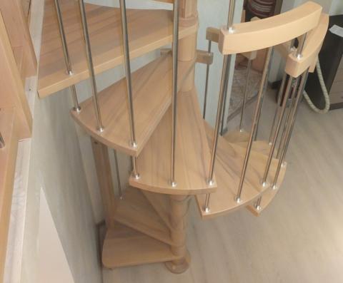 Ступени из бука для лестниц на вертикальном опорном столбе