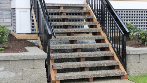 Ступени, изготовленные в технике «мытый бетон»