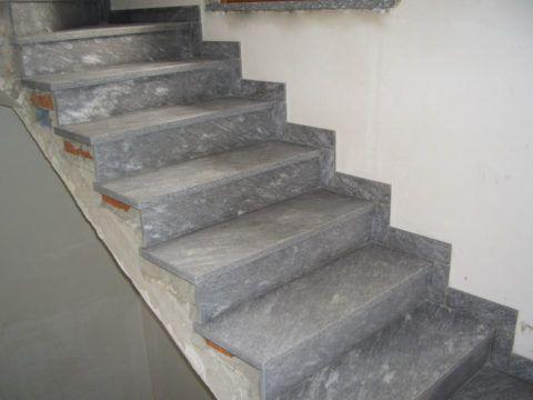 Существует множество материалов, при помощи которых можно одновременно и восстановить бетонную лестницу, и придать ей более привлекательный вид