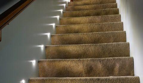 Светильники для подсветки ступеней лестницы — светодиодные элементы нужно врезать в стену