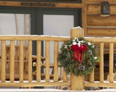 Устройство крыльца в частном доме из натуральной древесины