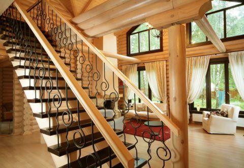 В деревянных интерьерах лестница часто ограничивается минимальным набором кованых элементов