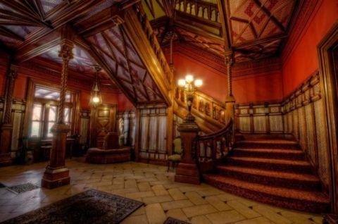 В весьма пестром и помпезном викторианском интерьере лестница отнюдь не теряется, наоборот, очень часто она выполняет роль своеобразной доминанты