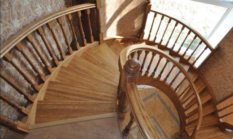 Винтовая лестница из бука на второй этаж