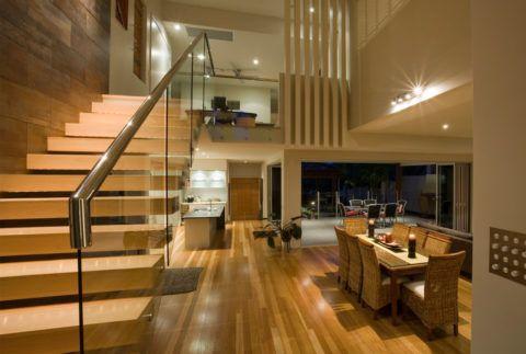 Внутридомовая лестница с больцовыми ступенями