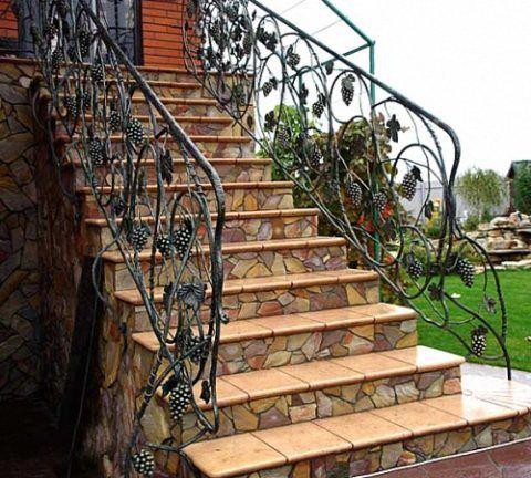 Высокая кирпичная лестница облицована плиткой