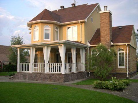 Загородный дом с открытой верандой