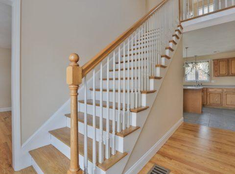 Закрытая лестница, обшитая гипсокартоном
