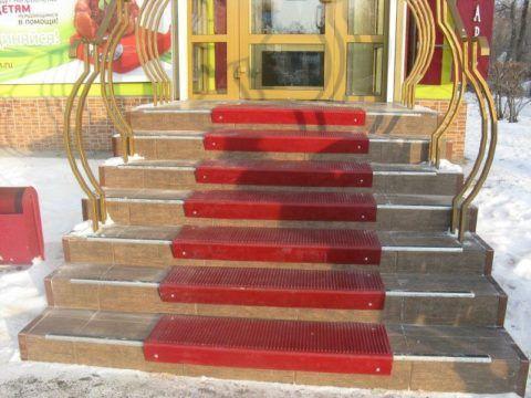 Защитные накладки на ступенях входной лестницы