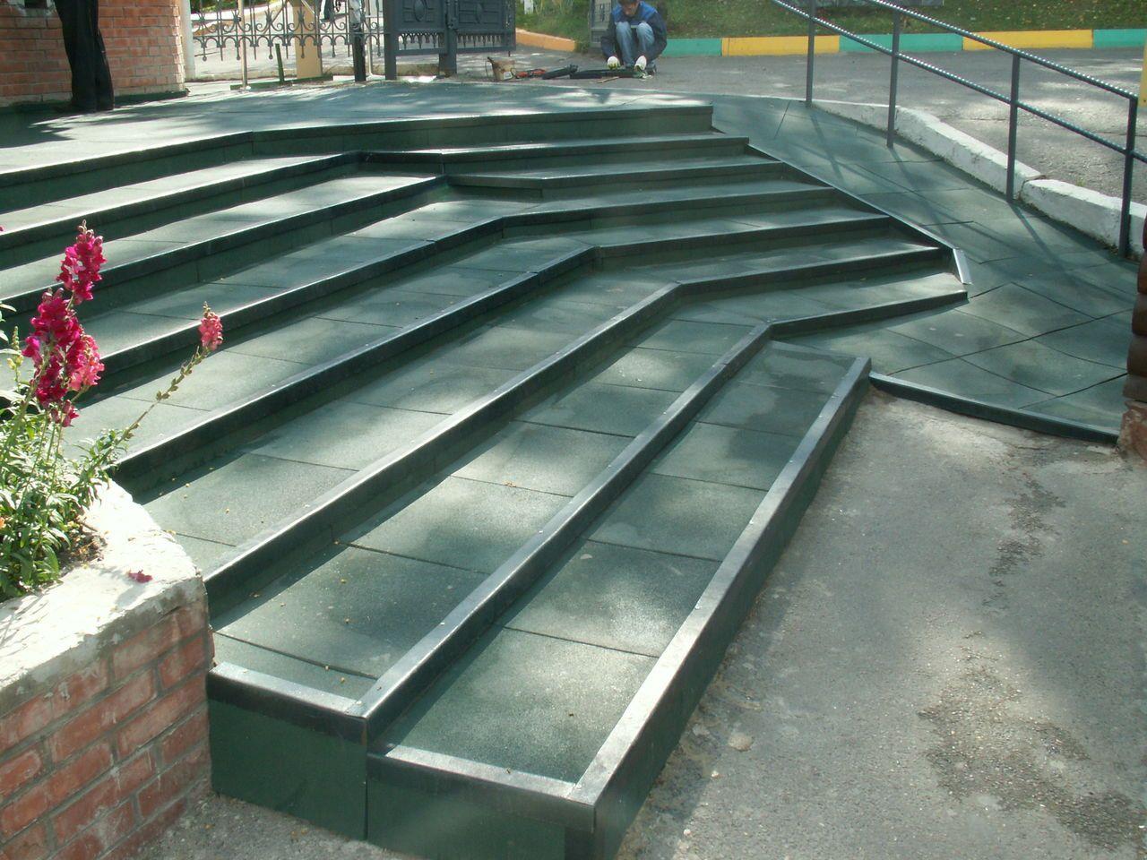 Резиновая плитка для облицовки лестницы