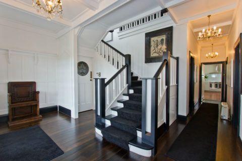 Белые лестницы в частном доме смотрятся ничуть не хуже, но в этом случае вообще нет разницы, какая именно использовалась