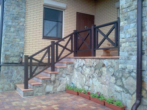 Больше других от атмосферного влияния страдают перила уличных лестниц