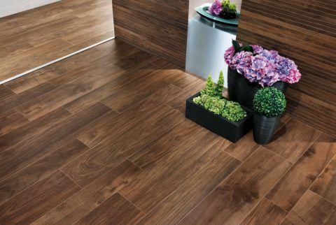«Деревянная» керамогранитная плитка на полу