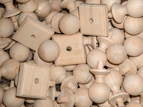 Деревянные шары для лестниц и площадки под них украсят вершины опорных столбов и балясин