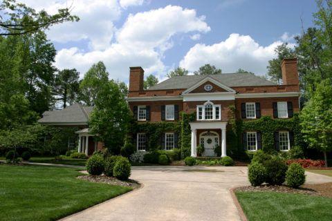 Дом в георгианском стиле невозможно представить без массивных дымоходов и плюща на стенах