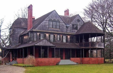 Дом в стиле шингл, невозможно спутать ни с каким другим, настолько запоминающиеся у него элементы отделки и мощные, основательные дымоходы