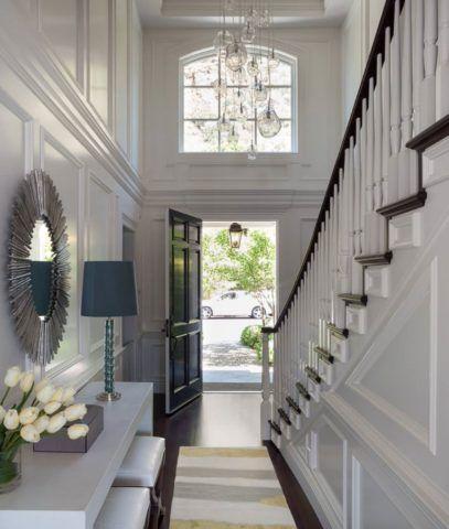 Если лестница располагается напротив двери, необходимо учитывать размер и способ открывания полотна