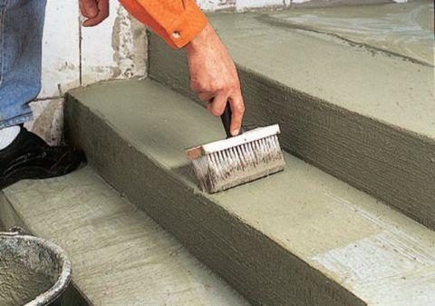 Как обложить плиткой ступеньки: грунтование жидко разведенным клеем