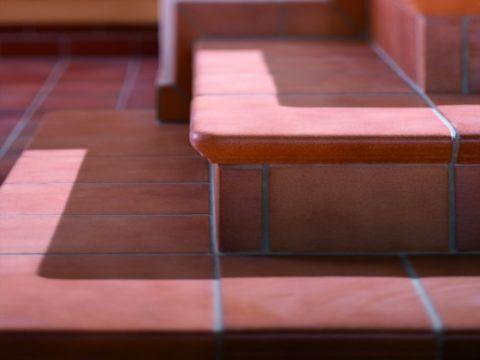 Красивая облицовка лестницы плиткой
