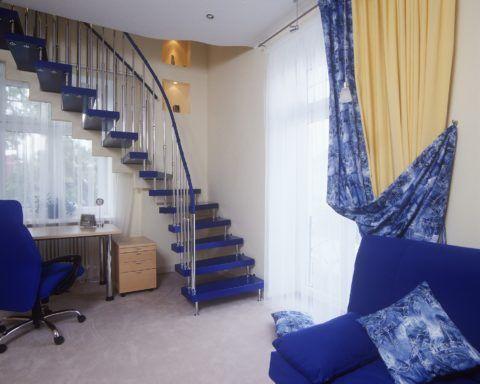 Лестница на больцах, примыкающая к стене с окном