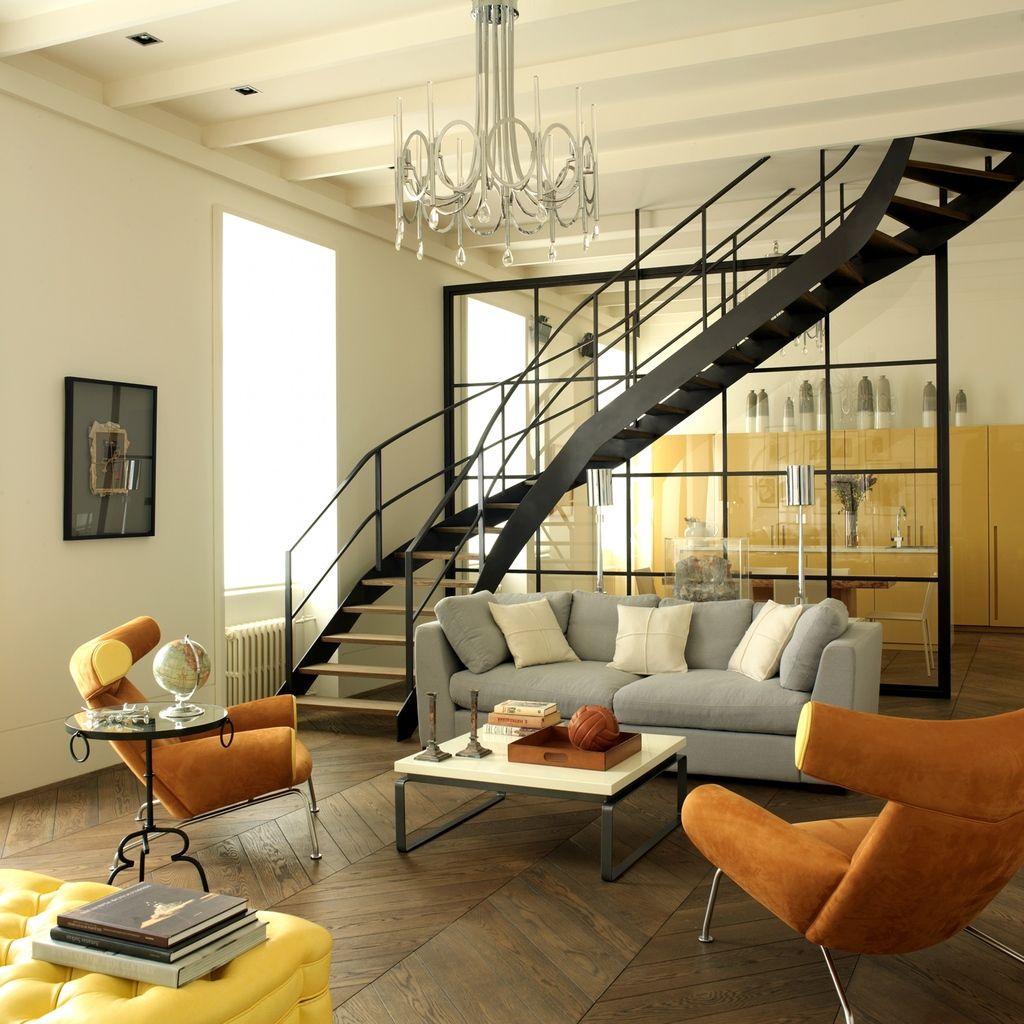 Лестница на металлических тетивах – вариант для современных стилей