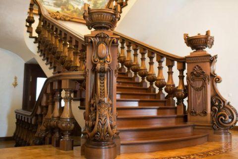 Лестница с резными аксессуарами