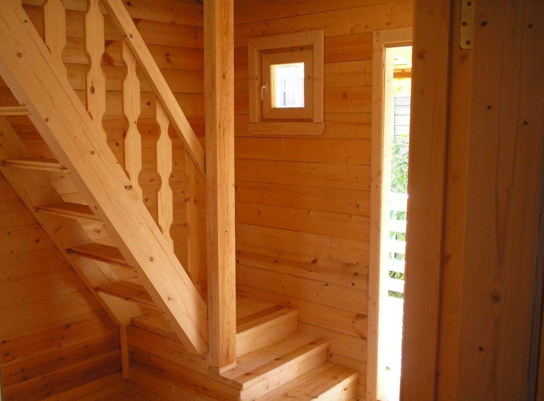 Лестницы деревянные в садовом доме