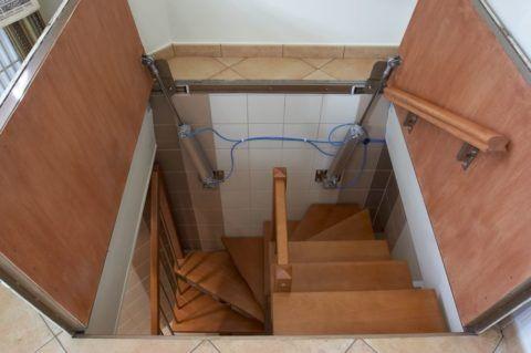 Люк для деревянной лестницы в подвал