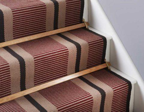 На ступенях дорожка крепится с помощью специальных металлических зажимов