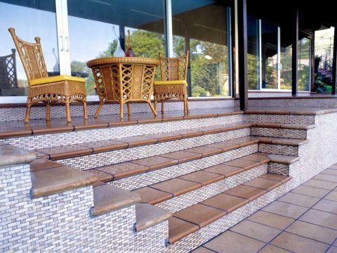 Площадка, лестница и дорожка перед ней облицованы клинкерной плиткой