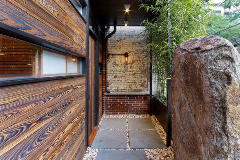 Помимо лестниц, томленым кедром отделываются как наружные плоскости дома, так и внутренние