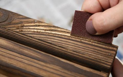Поручень для лестницы из дерева, состаренного методом браширования