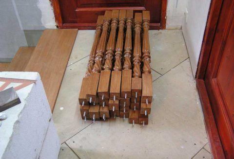 Балясины с такими винтами остается только вкрутить в отверстия на ступенях