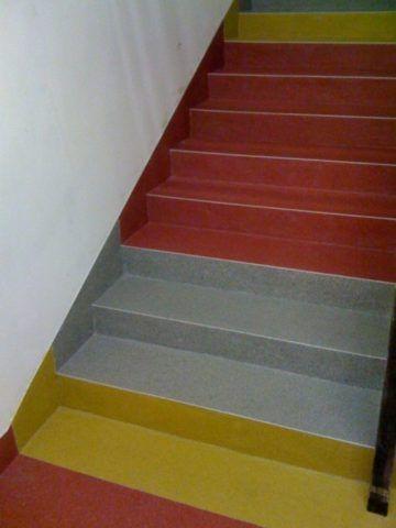 Добавление строительного кварцевого песка в краску сделает ступени менее скользкими