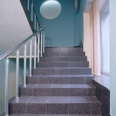 Керамогранитная плитка на ступени лестницы