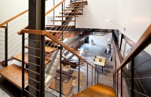 Лестница на металлическом основании соответствует индустриальному стилю помещения в полной мере
